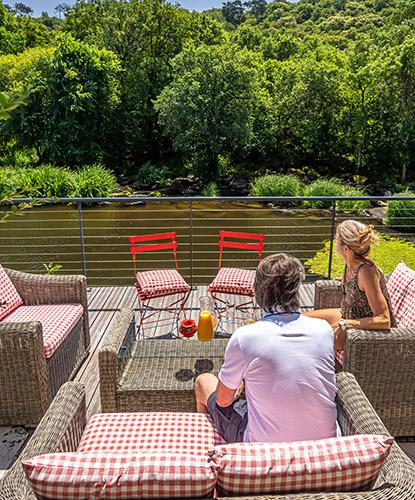 couple-sur-terrasse-au-bord-de-leau
