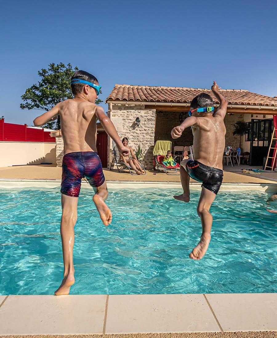 enfants-qui-saute-dans-une-piscine